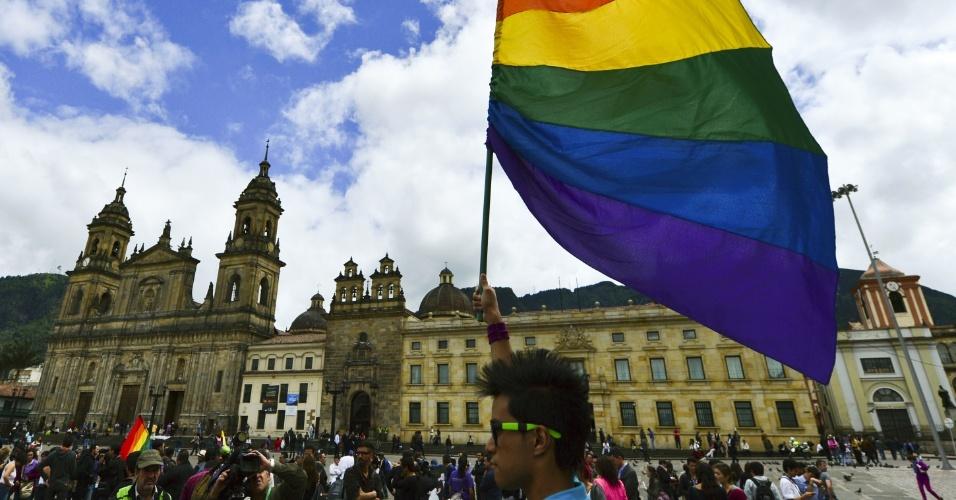 27nov2012---manifestante-segura-uma-bandeira-do-movimento-lgbt-lesbicas-gays-bissexuais-e-transgeneros-durante-passeata-em-bogota-capital-da-colombia-1354041775838_956x500